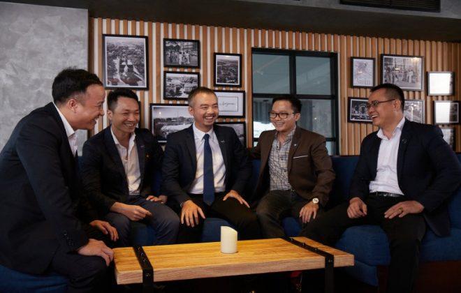 Ban quản lý Hoozing cùng anh Lê Huỳnh Nhựt Hải (ngồi giữa)